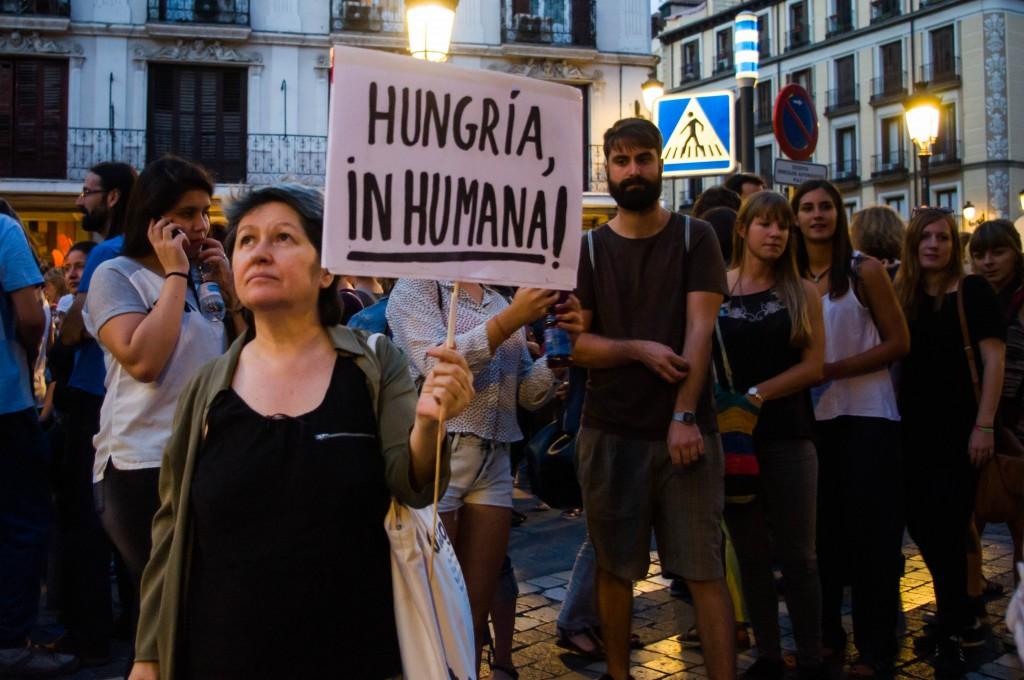 "Gregoria montre sa pancarte "" Hungria, inhumana"" ! - Photo : Léa Sanchez pour Radio Londres"