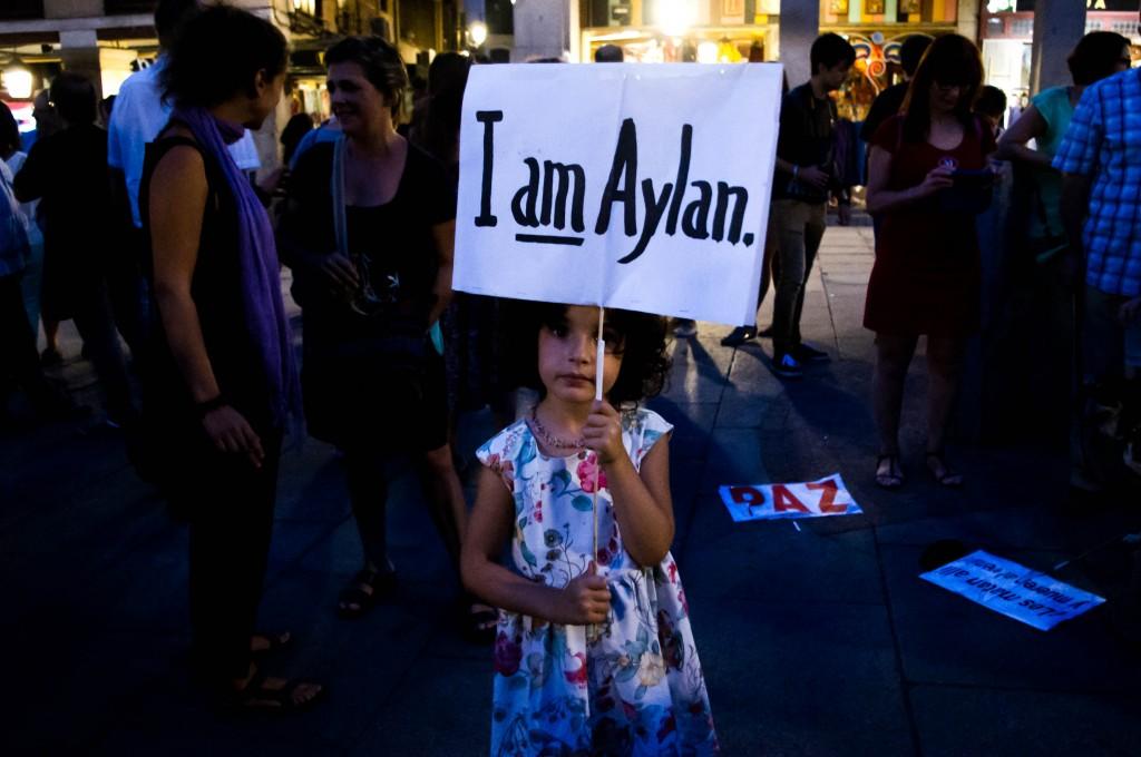 """Une petite espagnole brandit son panneau """"I am Aylan"""". Photo Léa Sanchez pour Radio Londres"""