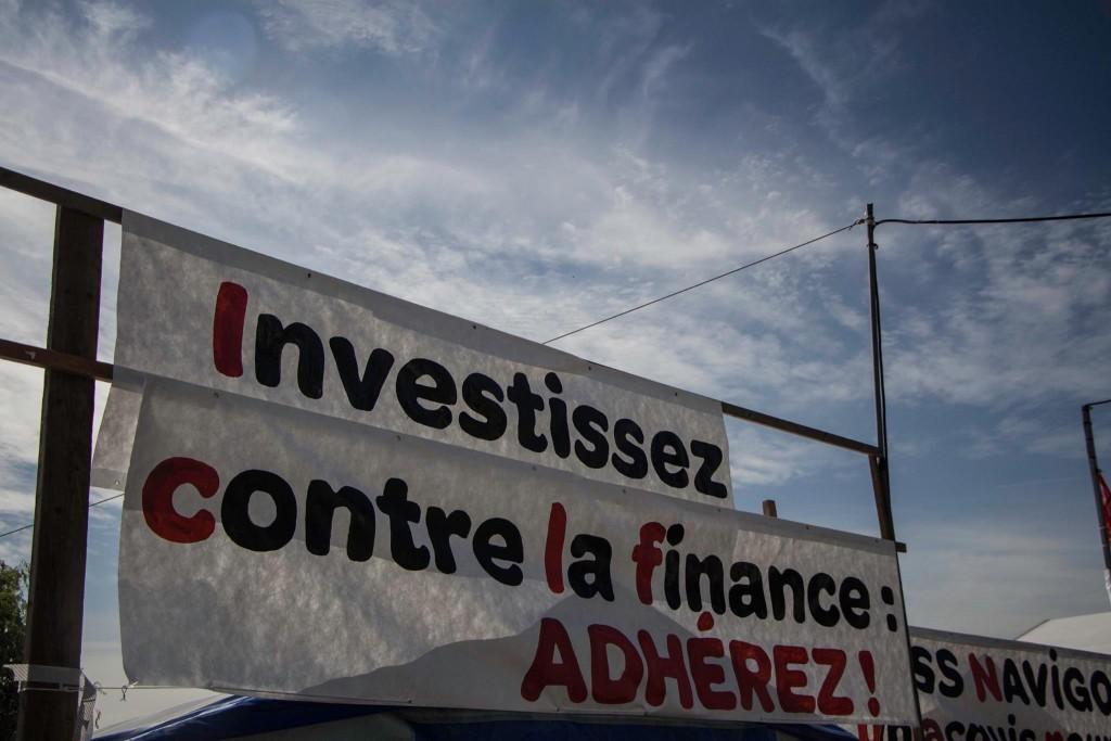Banderole sur un stand du PCF - Crédit photo : Leïla Frat.