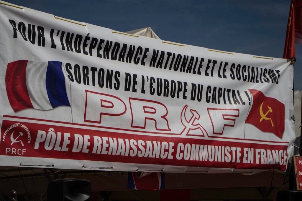 Banderole sur le stand du Pôle de Renaissance Communiste en France - Crédit photo : Leila Frat.