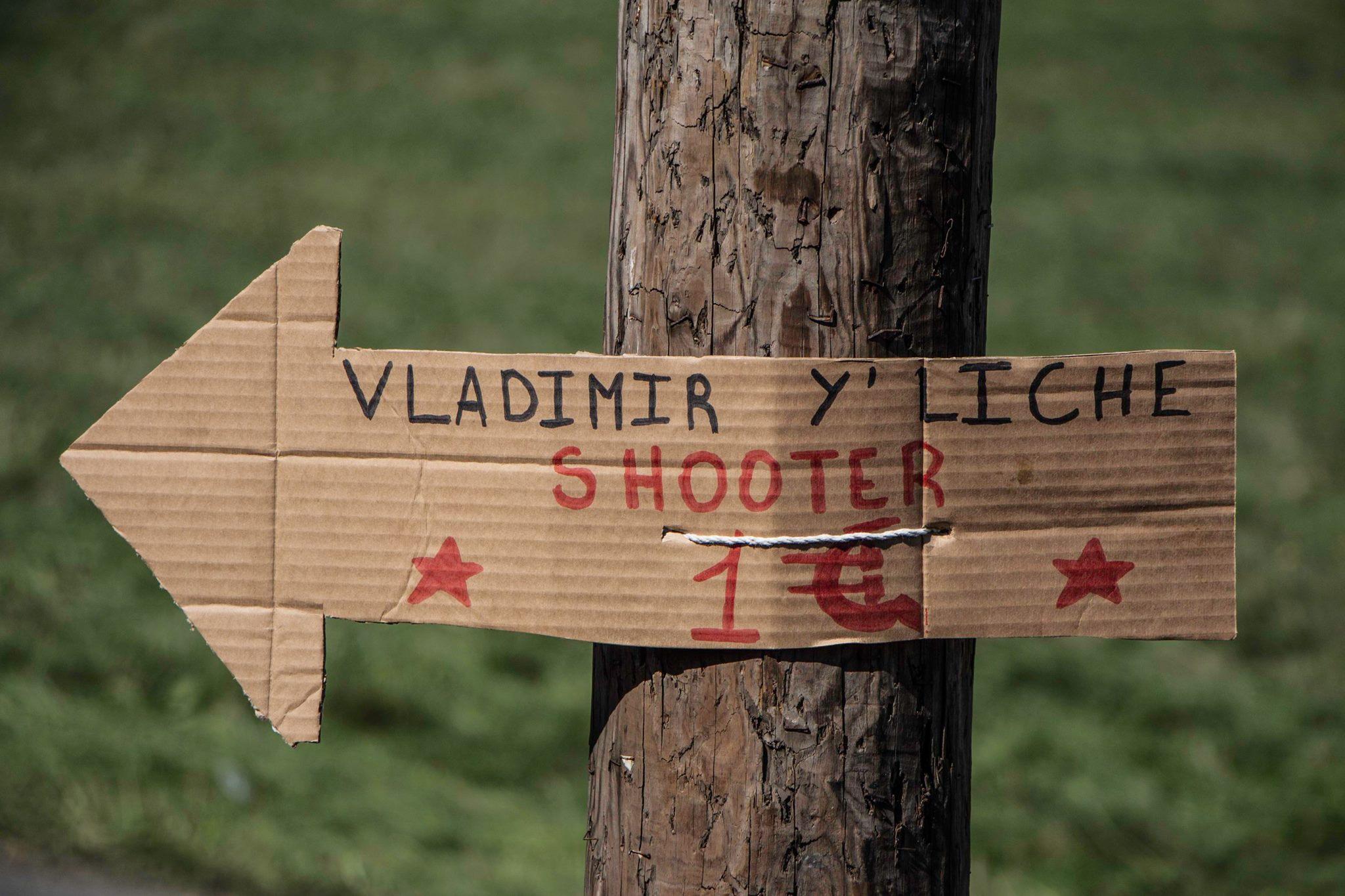 Un jeu de mot sur le nom de Lénine indique une vente de shooters - Crédit photo : Leïla Frat.