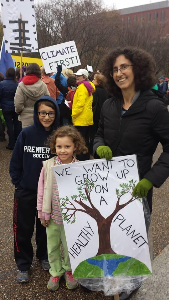 """Sarah et ses enfants : """"Nous voulons grandir sur une planète en bonne santé"""". Photo : Alexandra Saviana."""