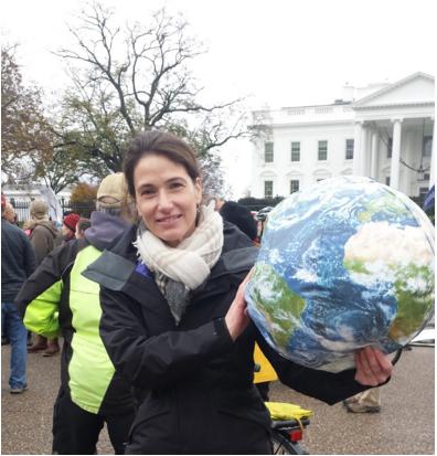 "Sally : ""Je fais des câlins à la Terre depuis longtemps maintenant"". Photo : Alexandra Saviana."