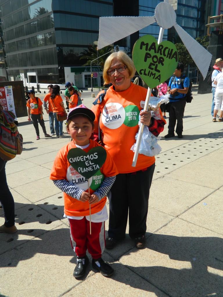 "María Elena et sa petite-fille : ""Prenons soin de la planète"". Photo : Pamela Bazan."